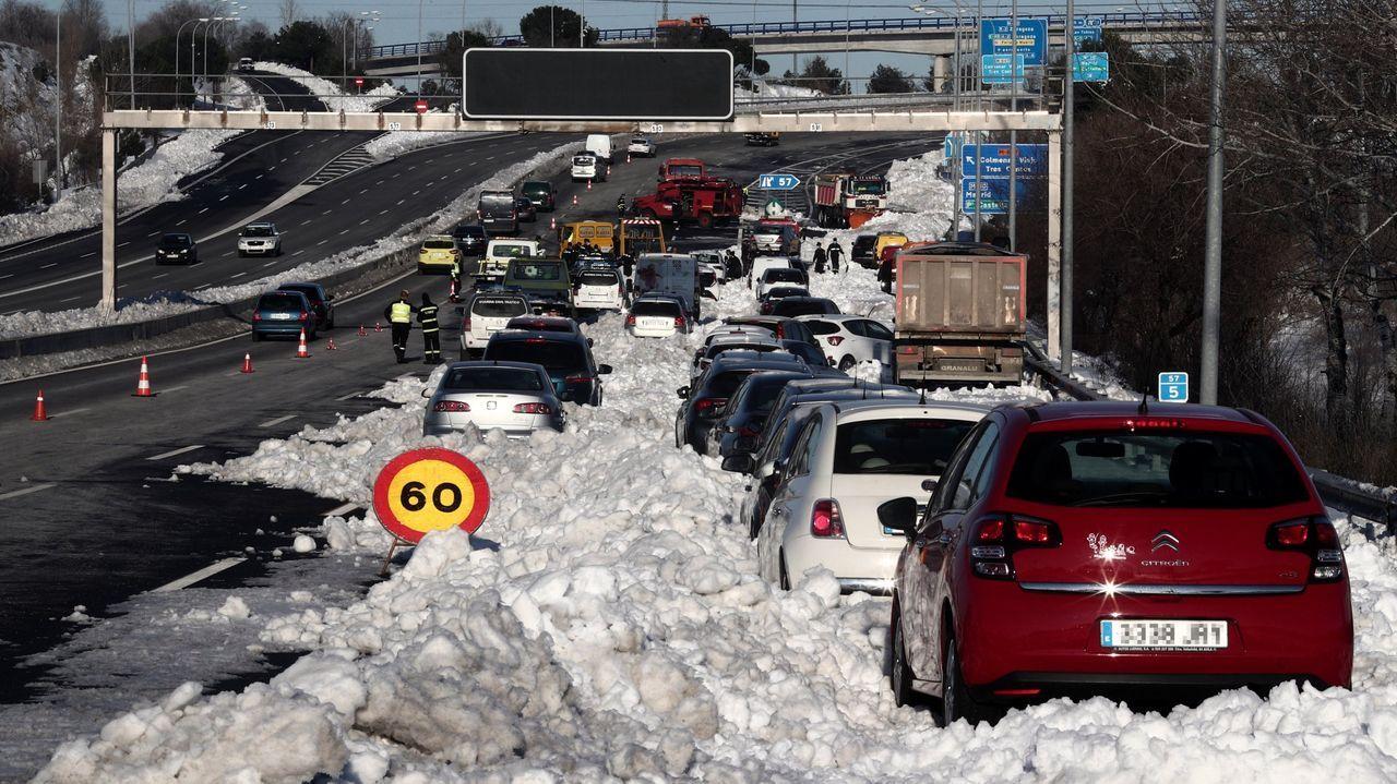 El temporal de nieve mantiene cortado el tráfico para camiones en la red principal de carreteras en el puerto de Pajares (N-630) entre Asturias y León