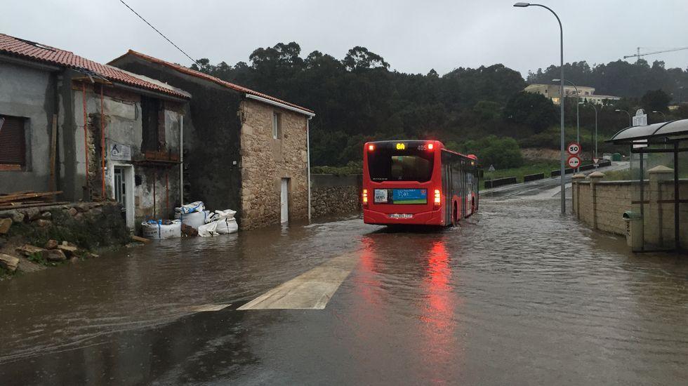 Enorme bolsa de agua en Bens, A Coruña.