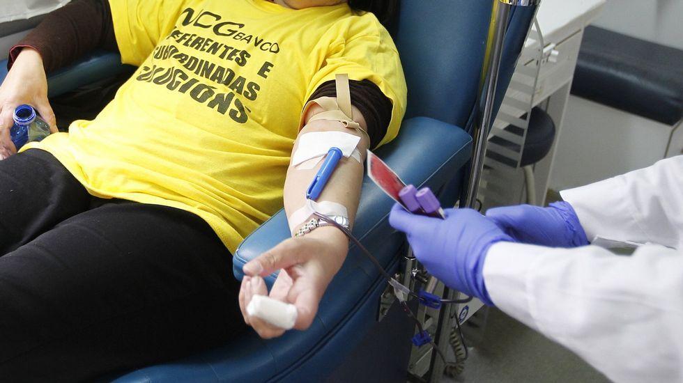 Donaciones en la unidad móvil del CTG que se desplazó ayer a Carballo y que volverá hoy.