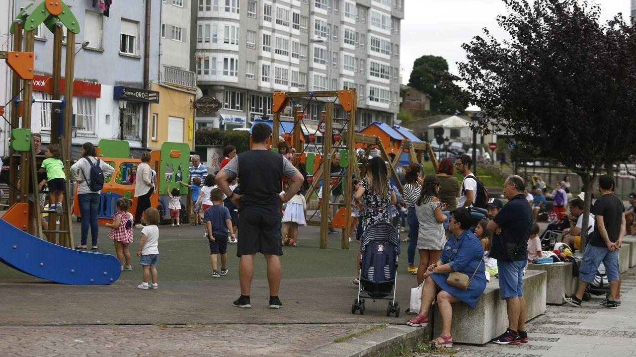 Aunque los niños puedan salir a pasear acompañados de un adulto, nadie sabe cuándo volverán a repetirse escenas como esta de un parque infantil de Viveiro abarrotado