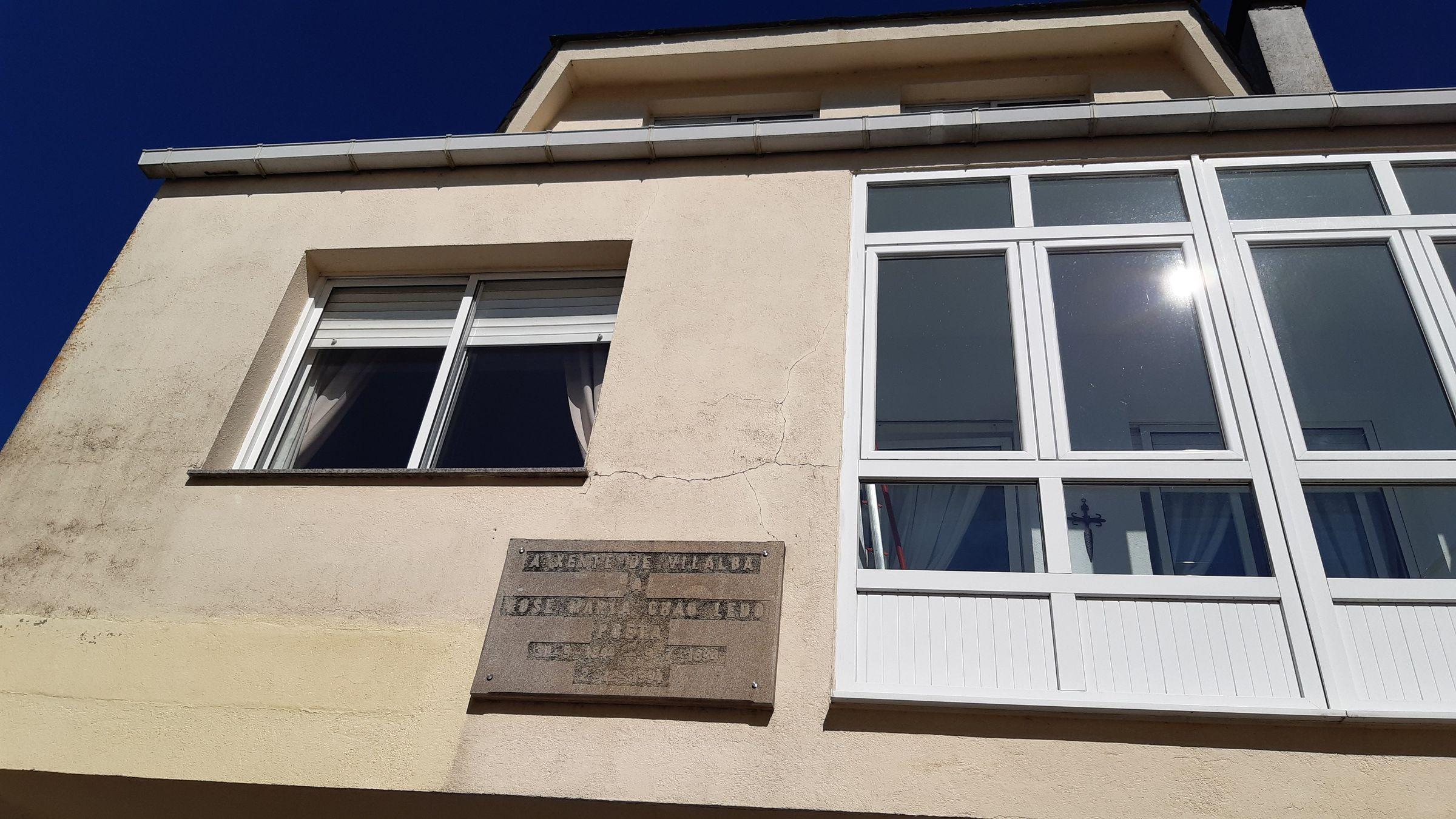 Placa colocada en Vilalba, na zona da Ferrería, na casa construida onde estivo a natal de Chao Ledo