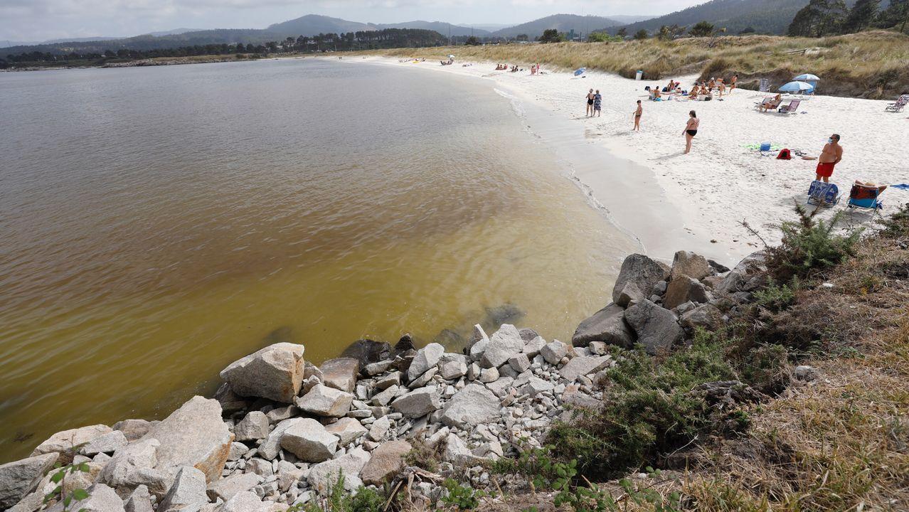 Parte de los bañistas se marcharon de la playa, otros optaron por seguir, pero en la arena