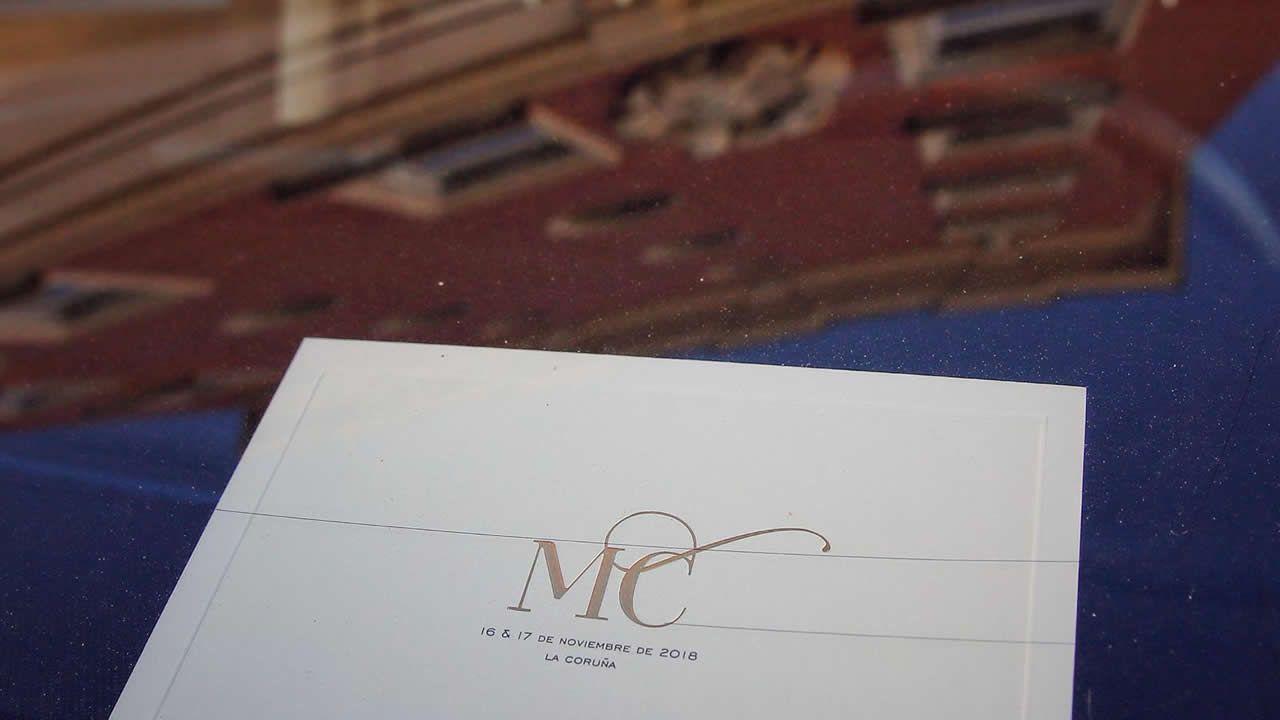 Tarjeta identificativa que lucen los coches oficiales de la boda