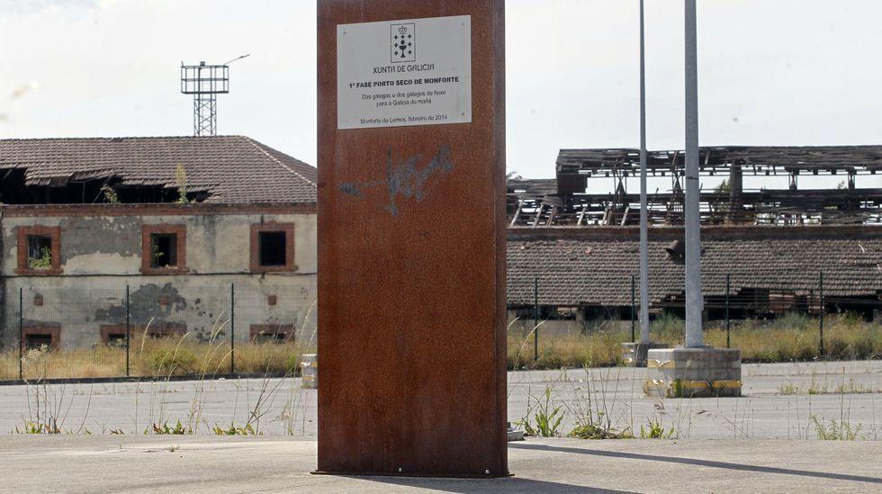 Belesar no puede con más agua.Poste metálico en el puerto seco que recuerda la inauguración en el 2014 de este parque empresarial