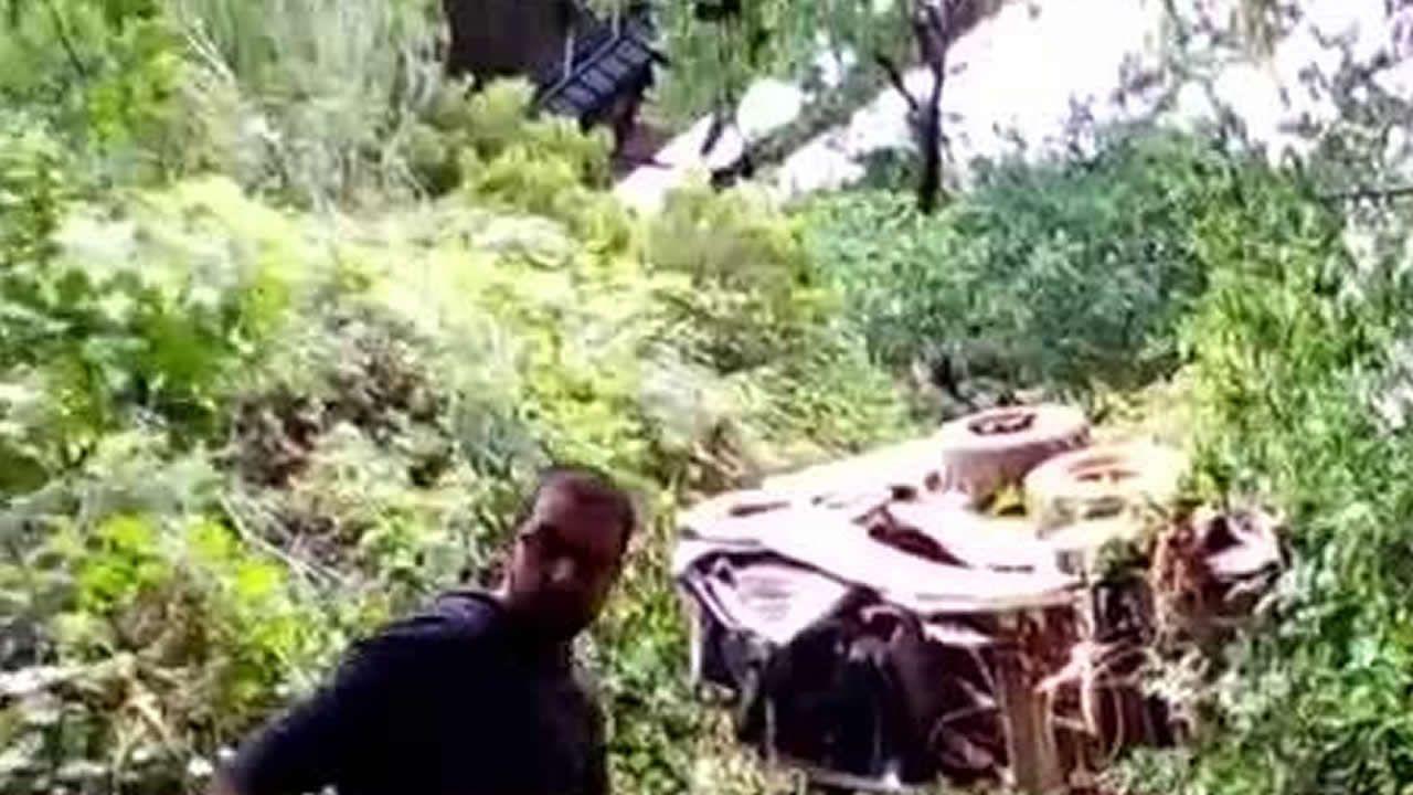 Rescatado con vida en Baralla después de caer con una desbrozadora desde 40 metros de altura.El turismo siniestrado, justo a la salida del túnel y comienzo del viaducto sobre el río Neira