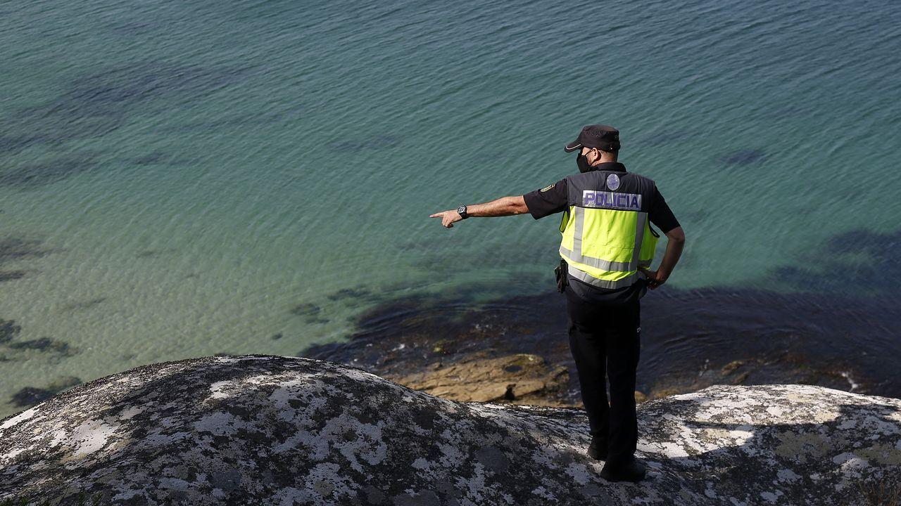 Un agente de policía, revisando la costa sonense