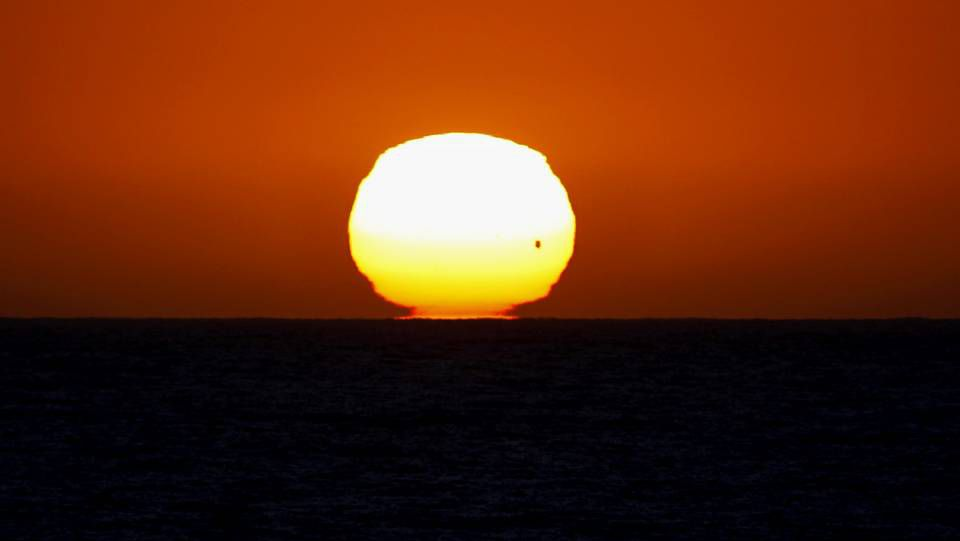 El tránsito de Venus en el atardecer del océano pacífico ha ofrecido estampas espectaculares