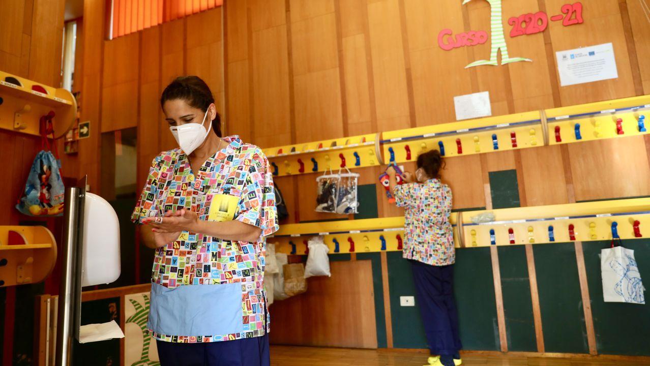 Desinfección de manos y bolsas de enseres separados de forma individual en la escuela de Conxo