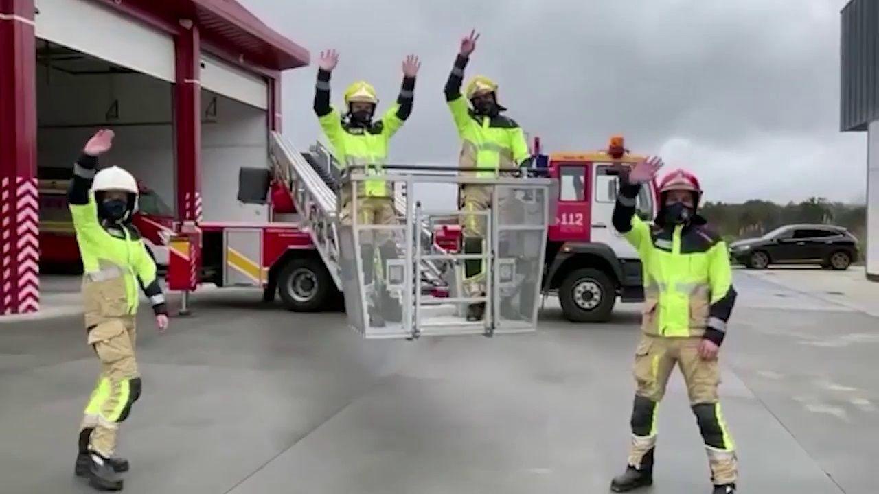 El vídeo de los bomberos de Carballopara animar a Roi.Vacunación masiva en la Costa da Morte