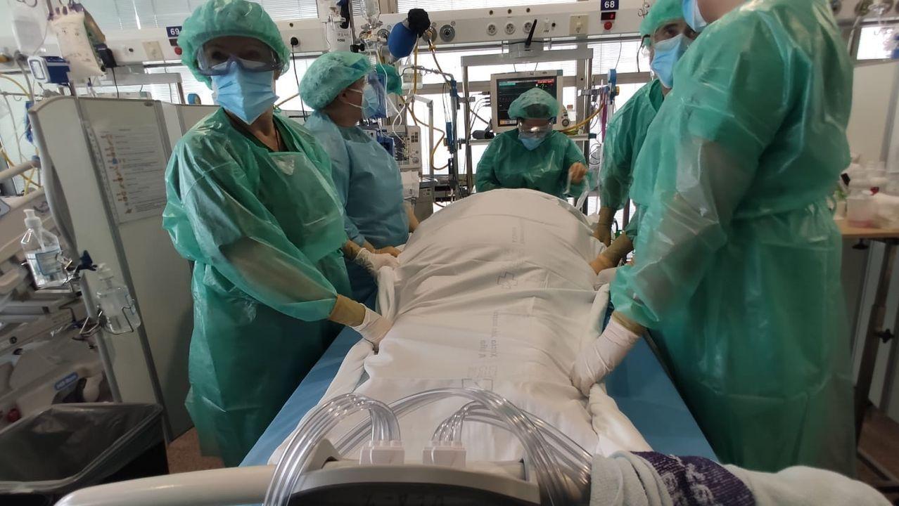 Enfermeras de reanimación del Chuac dando la vuelta a un paciente crítico boca-abajo, una de las maniobras más arriesgadas.