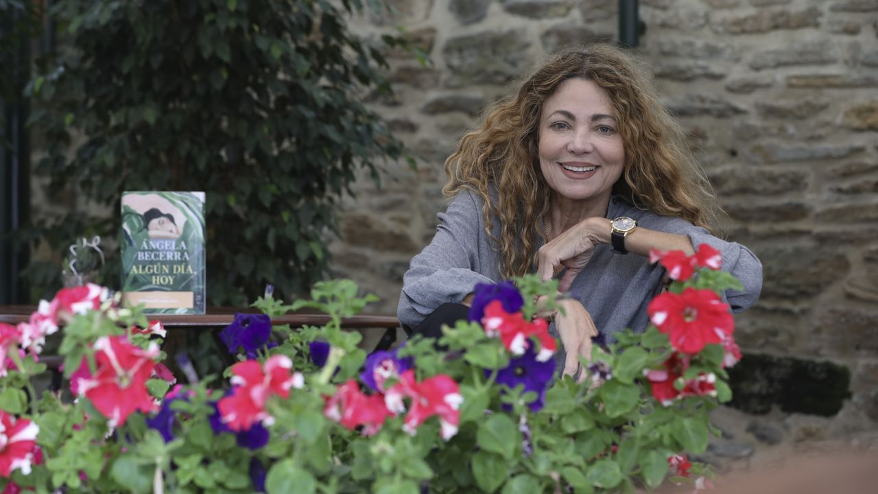 Las manifestaciones del 8M en Galicia, en imágenes.La escritora colombiana Ángela Becerra, posando con su nueva novela