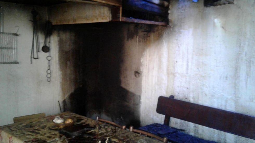 Un recorrido visual por la Ruta do Ferro de O Incio.Un aspecto de la cocina incendiada, en una foto tomada con un móvil por miembros del GES de Monterroso
