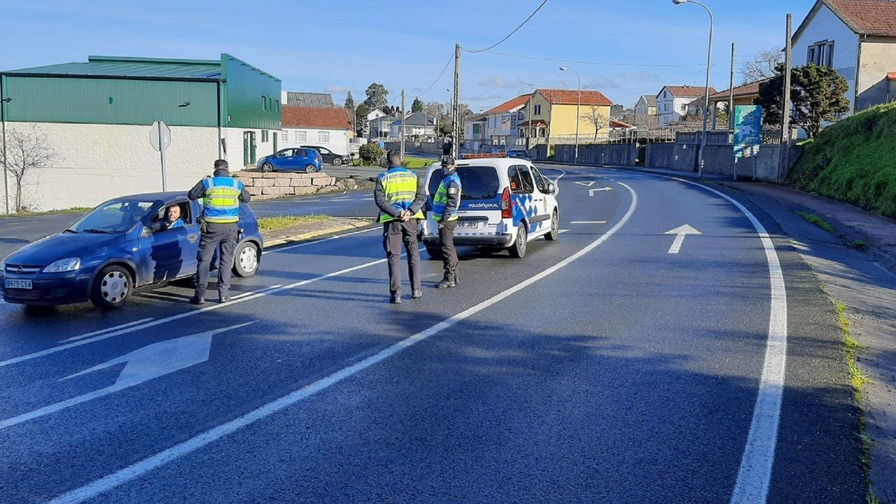 Control de tráfico para comprobar las restricciones de movilidad en el área de Mugardos