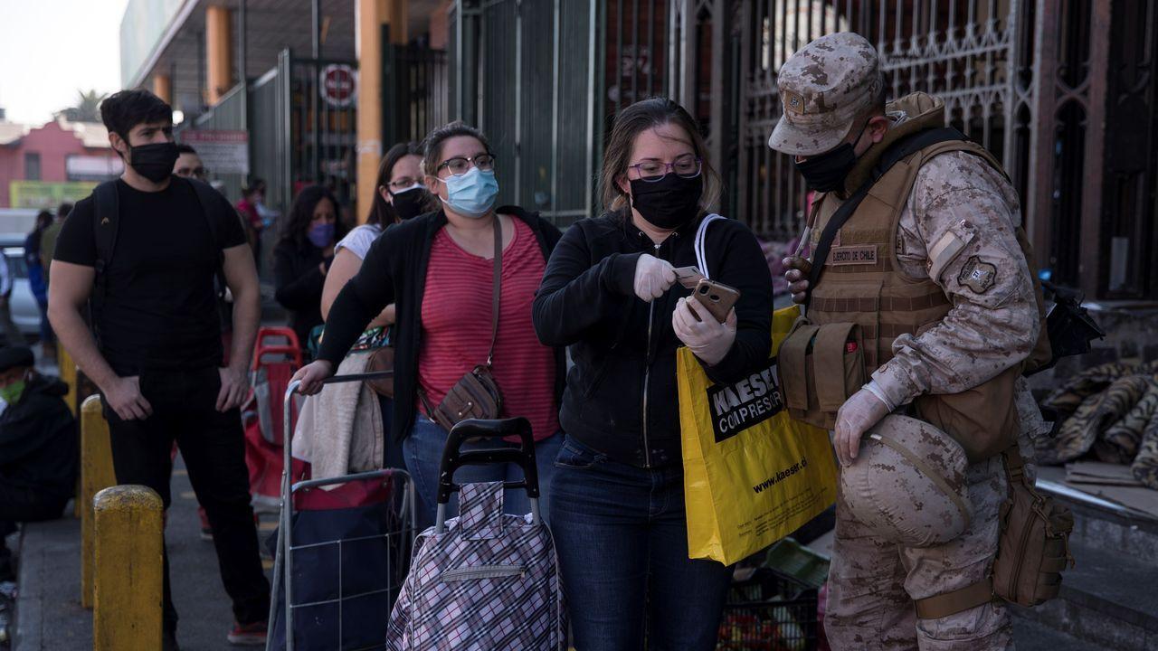 Militares chilenos realizan un control en la calle a ciudadanos deSantiago que entran a la Vega Central, principal mercado de abastos de la capital