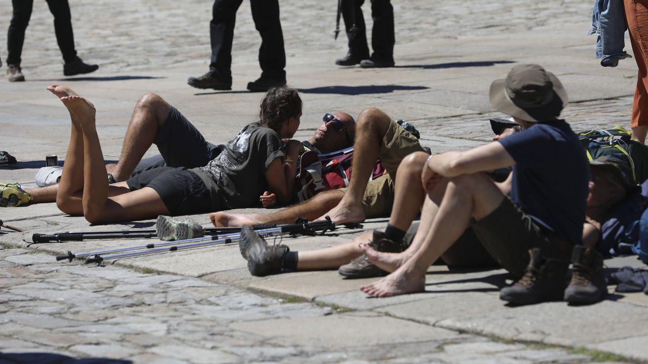 Peregrinos tomando el sol en Compostelal