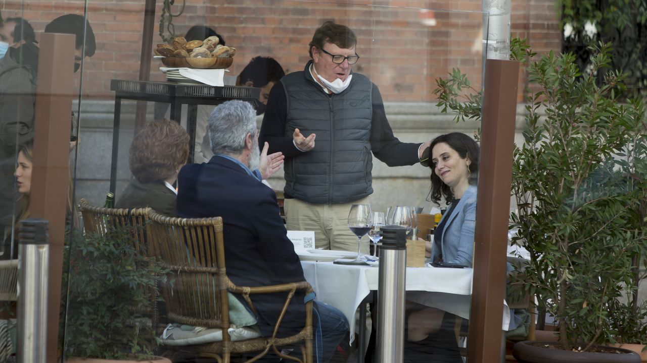 Isabel Díaz Ayuso junto Miguel Ángel Rodríguez y César Cadaval, de Los Morancos, en una terraza este domingo en Madrid