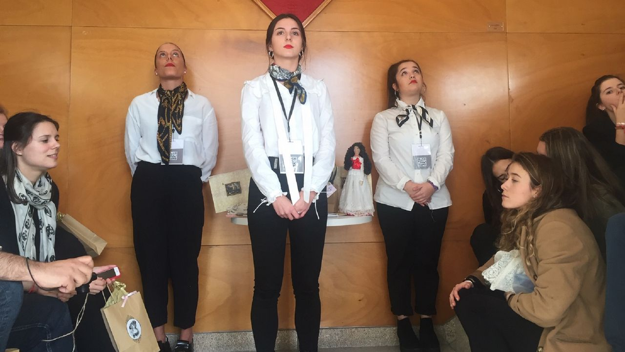 Un grupo de alumnas simularon ser azafatas de vuelo y estar en un avión para presentar su colección de moda inspirada en el Neoclasicismo