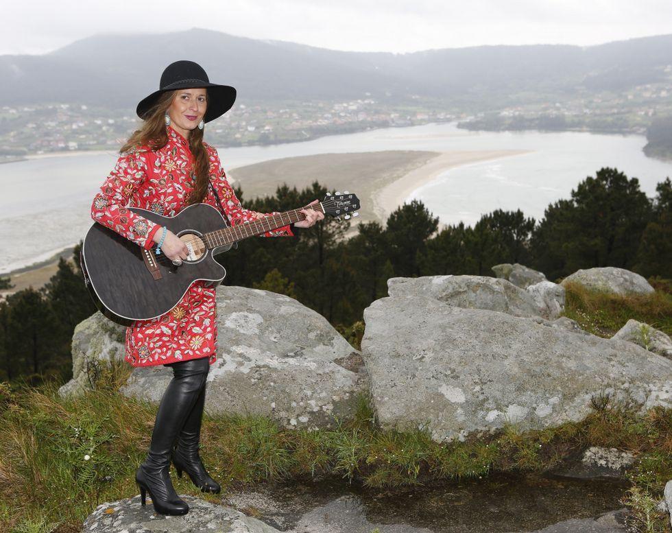 <span lang= gl >Silvia Losada Crende, no alto do Monte Branco e con Cabana ao fondo, na compaña da súa guitarra. </span>