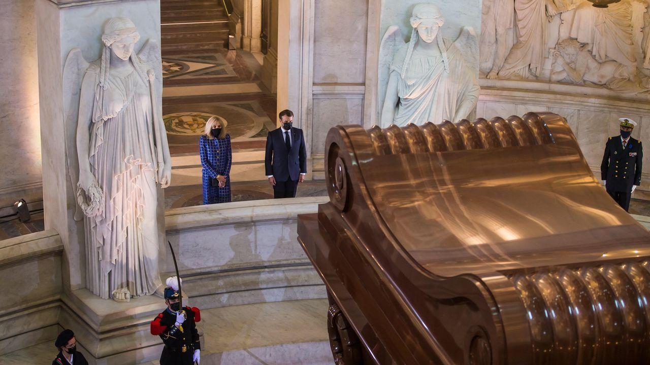 Macron y su mujer, ante el panteón de Napoleón