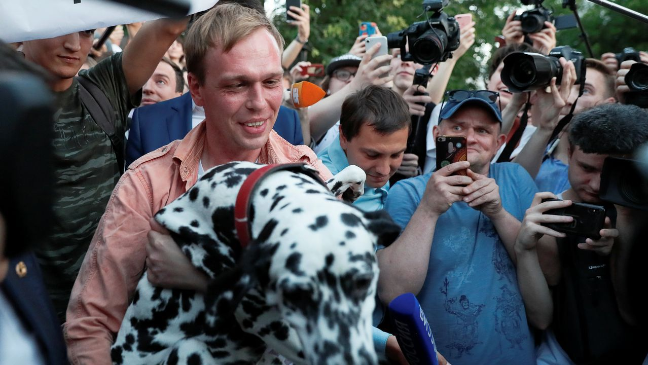 Golunov atendió a la prensa junto a su perro Margo tras ser exonerado de los cargos