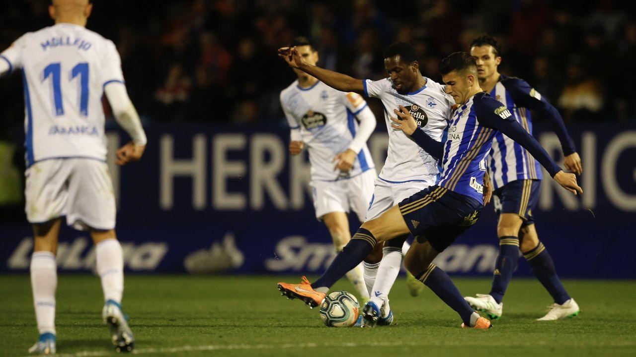 Carlos Hernández y Koné, con Christian delante, durante el Deportivo-Real Oviedo