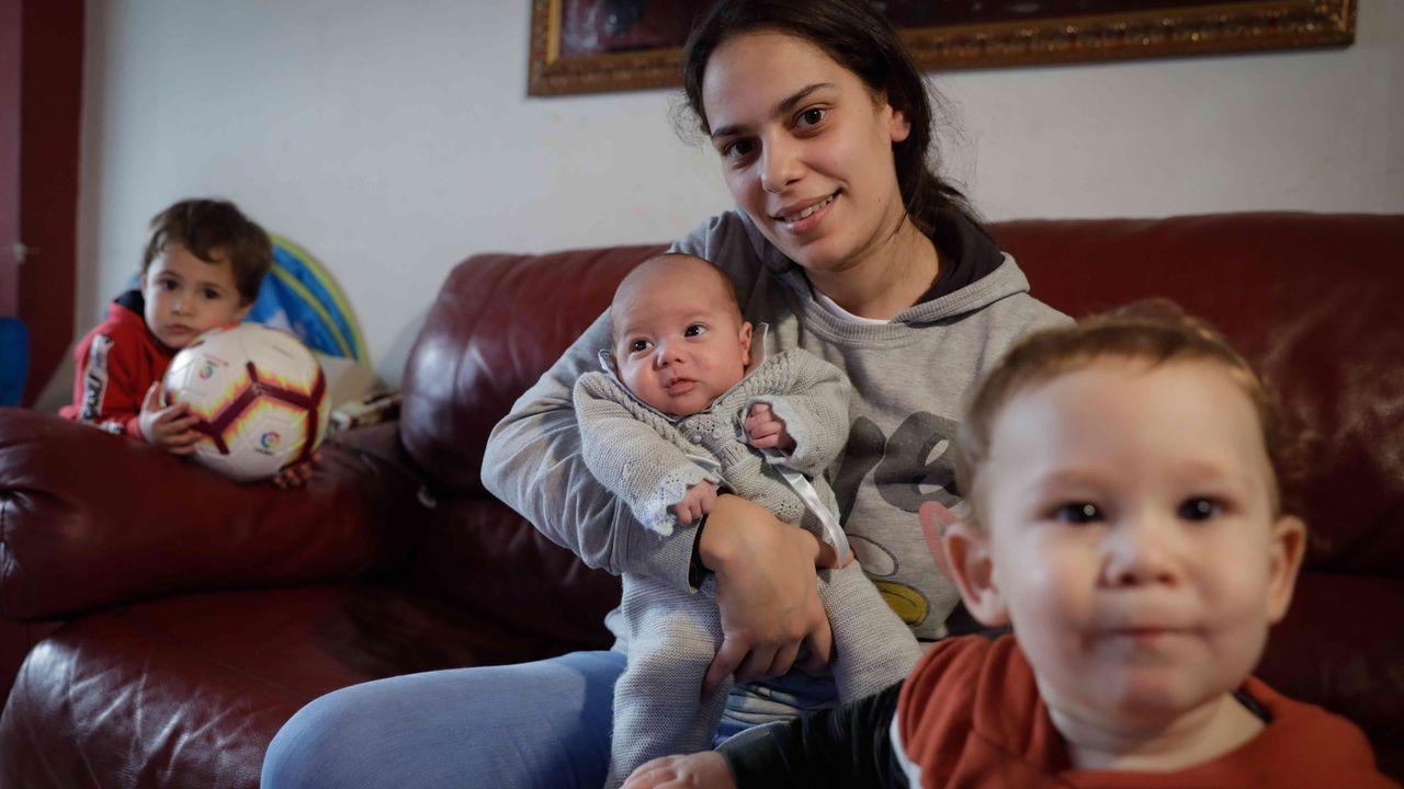 Tamara, con sus tres hijos en su casa en Elviña (A Coruña)