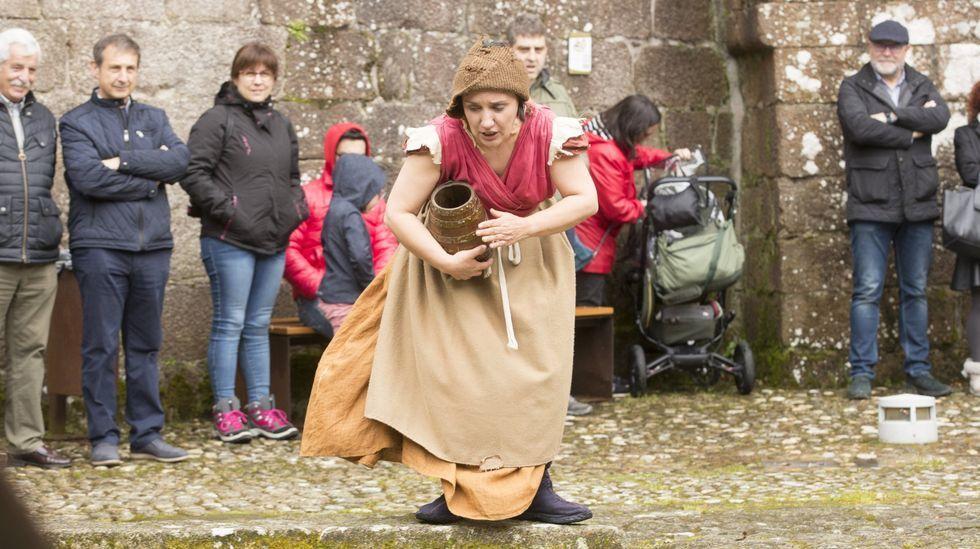 Vecinos de Corme recuperaron la zona de O Perillán.Instante de la representación de Os Quinquilláns en el castillo de Vimianzo, en una imagen tomada antes de la pandemia