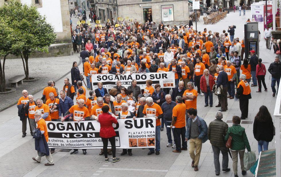 La marcha concluyó en la plaza de España con la lectura de un manifiesto contra la planta.