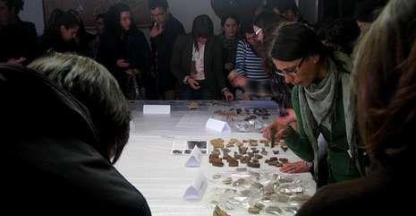 Visitantes observan los restos cerámicos encontrados en el yacimiento medieval de San Vítor.