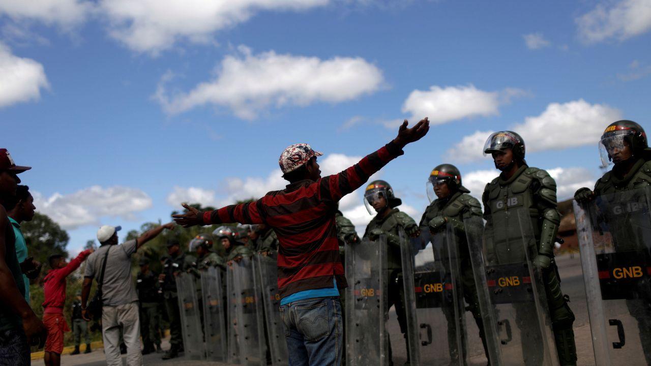 El concierto «Aid Live» reúne a miles de venezolanos en la frontera con Colombia.Civiles esperan en la frontera con Brasil donde soldados venezolanos mantienen cerrados los pasos fronterizos