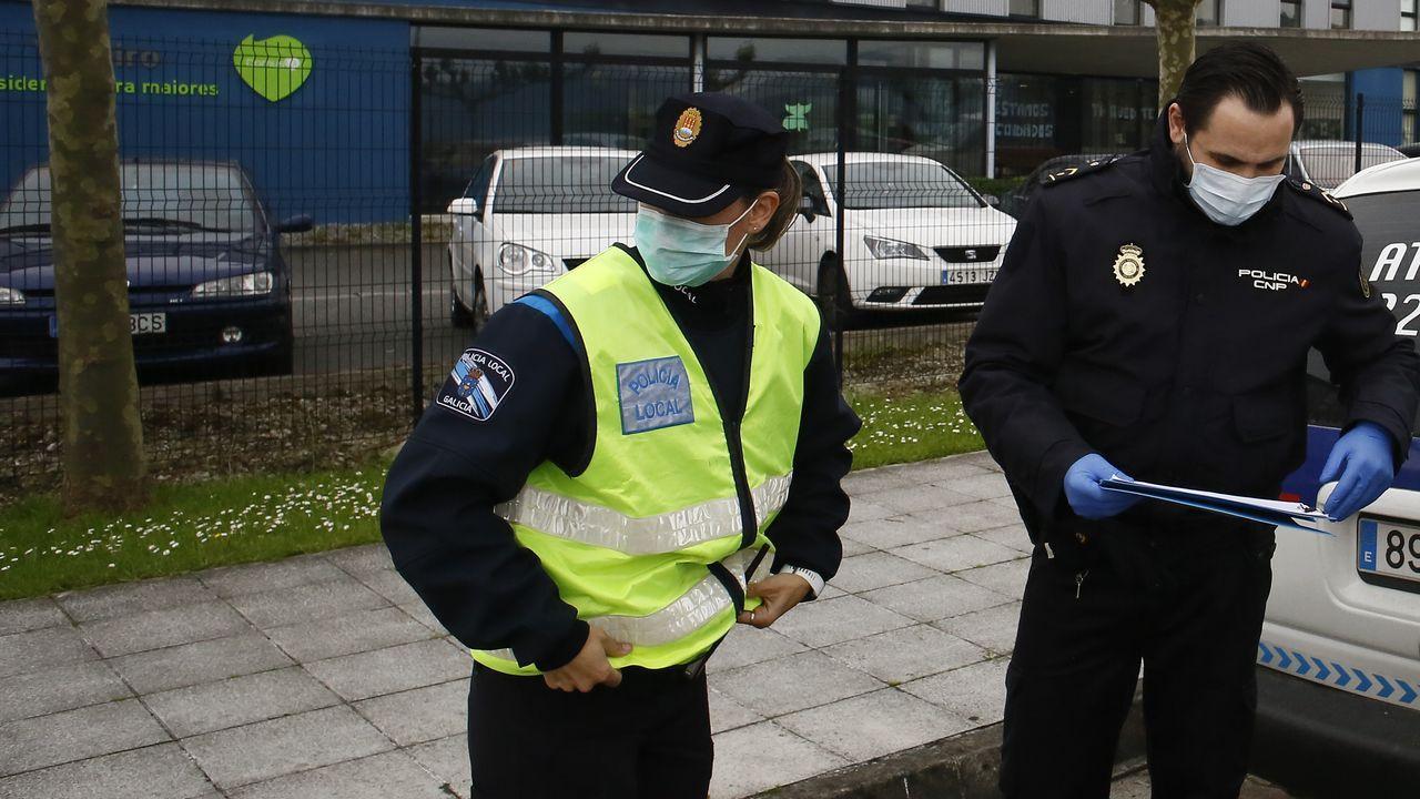 La Policía Nacional de Viveiro también coopera con los ciudadanos para, en lo posible, sobrellevar el confinamiento