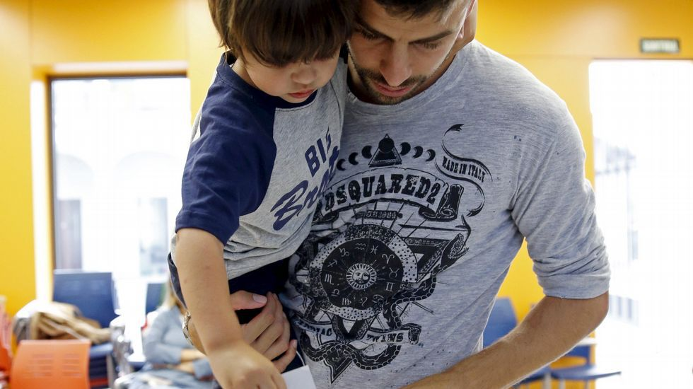 El jugador del Barcelona Gerard Piqué, votando junto a su hijo Milan