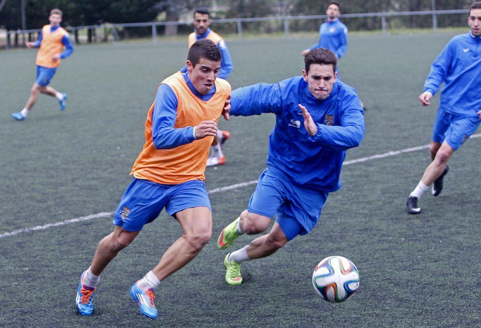 Adrián y Lobato pugnan por un balón durante un entrenamiento en A Xunqueira.