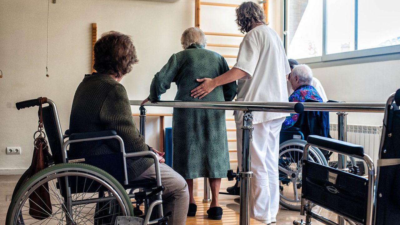 Una fisioterapeuta trabaja con un grupo de personas mayores