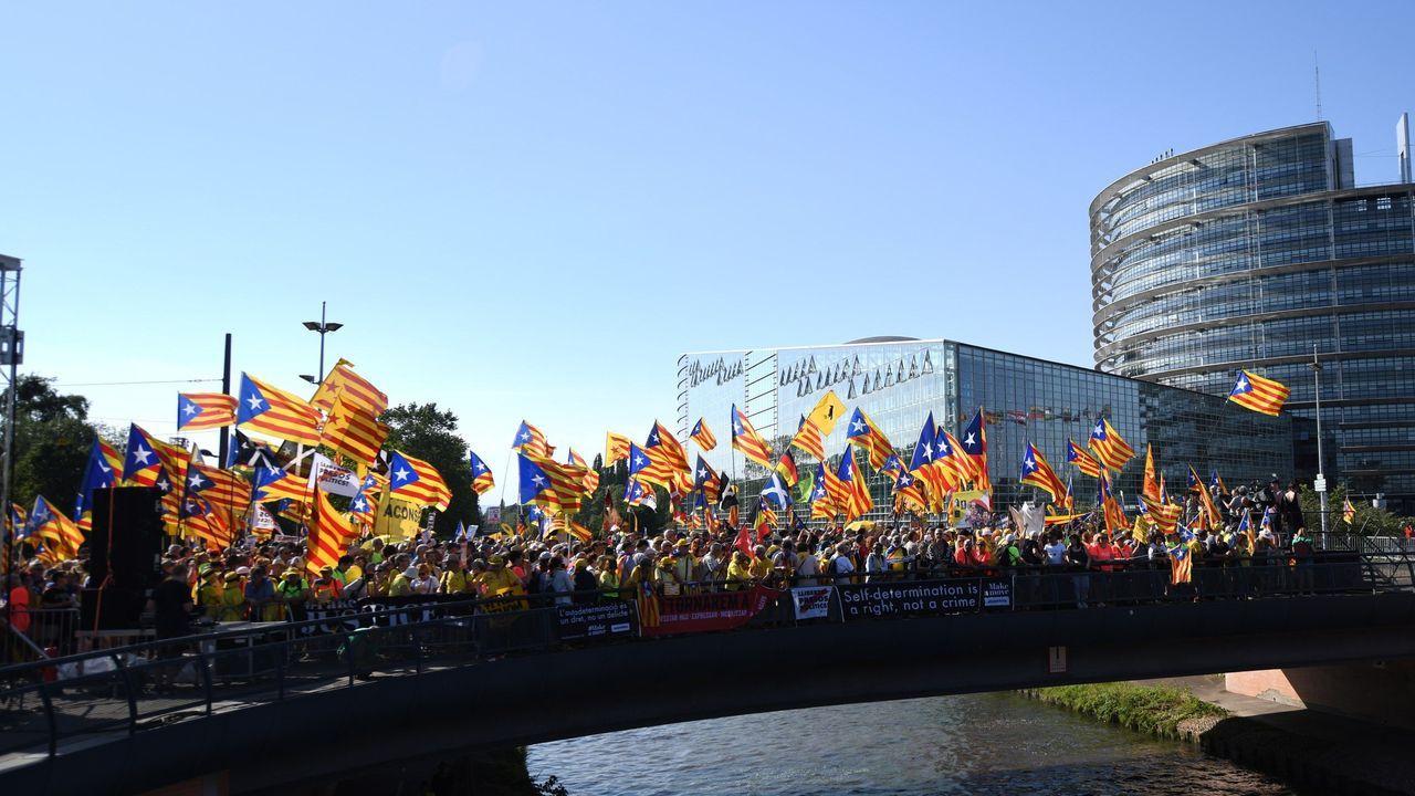 ¿De quién se burla Puigdemont?. El expresidente catalán huido a Waterloo (Bélgica) jugó ayer al gato y al ratón con periodistas y policías. Dijo que iría a Estrasburgo, a la manifestación independentista, pero le pudo más el miedo a ser detenido y no fue, con lo que engañó a sus incondicionales