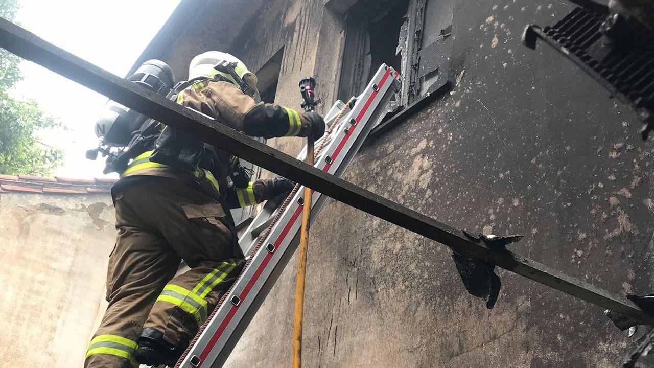 Los Bomberos de Oviedo extinguiendo un incendio en Ciudad Naranco.Juan Luis Poladura