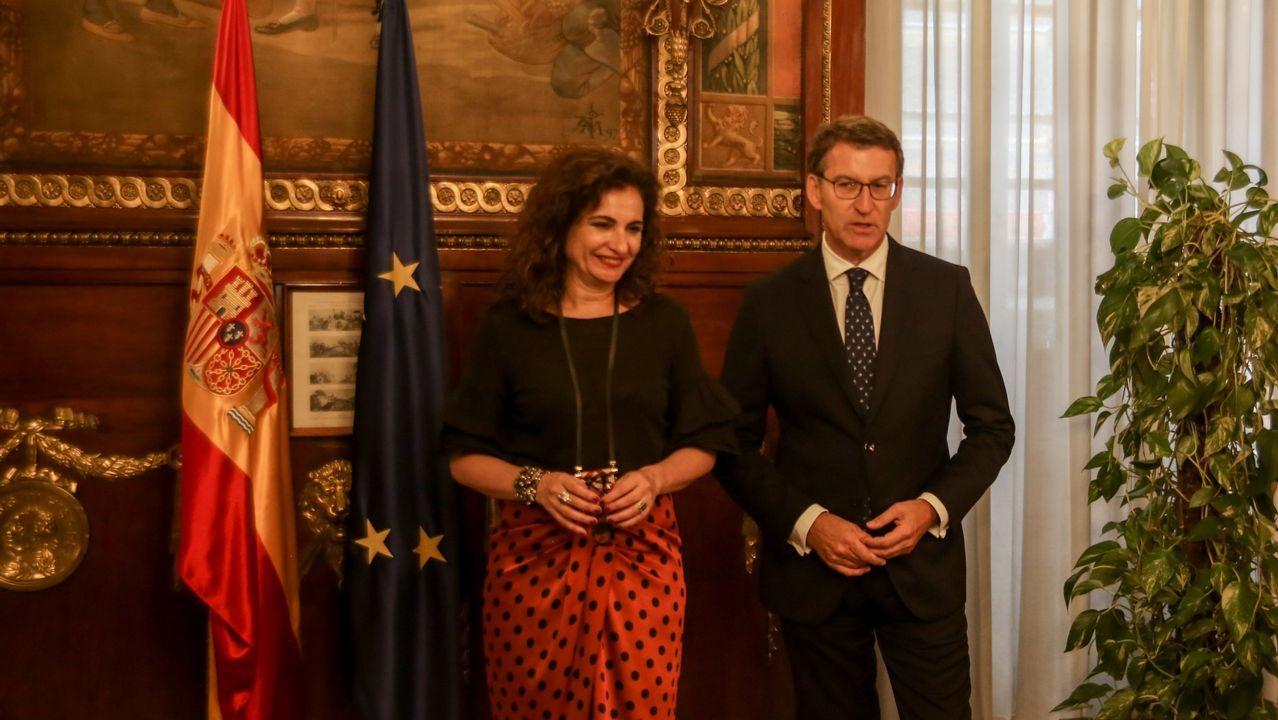 CIS Aixiña: Entidades sociais de Ourense deseñan unha X humana..La ministra de Hacienda con el presidente de la Xunta en una reunión el pasado agosto en Madrid.