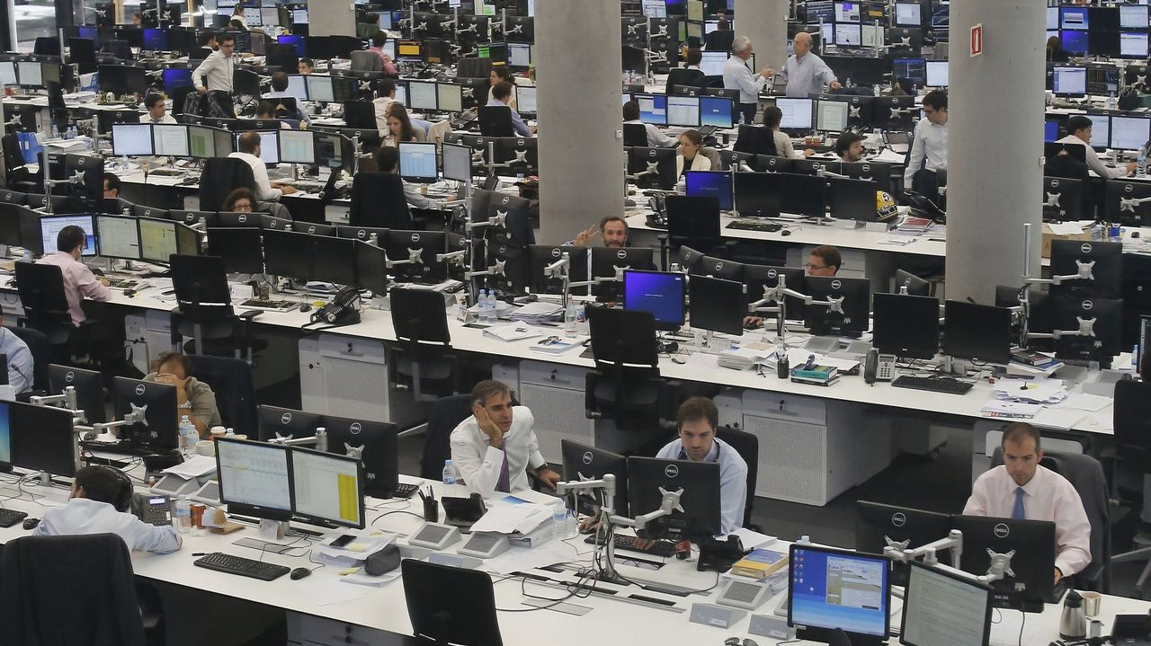 Obras en la variante de Pajares.Parte de los equipos de procesamiento de datos en la sede central del BBVA, en Madrid