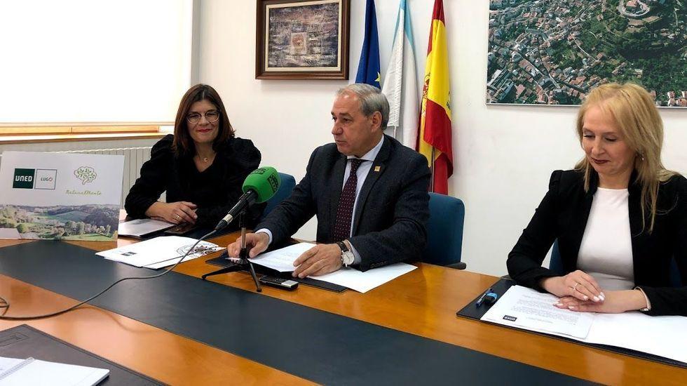 La responsable del centro de la Uned en Lugo, Ana Traseira, el alcalde de Monforte, José Tomé, y la nueva coordinadora de la Uned en Monforte, Marta Rodríguez de la Fuente