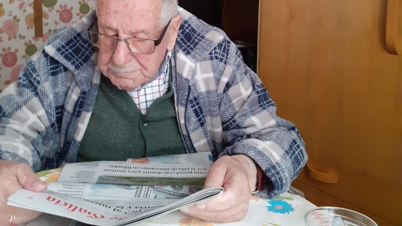 Francisco Martínez Fanego, que nació el 3 de abril de 1914, leyendo este viernes La Voz