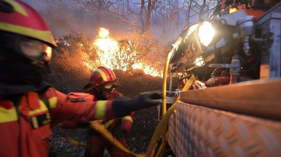 Efectivos de la UME apagan el fuego en los montes próximos a la localidad de Barcena Mayor