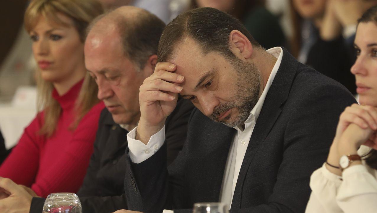 Guaidó, golpeado por la muchedumbre chavista al aterrizar en Caracas.José Luis Ábalos, secretario de organización del PSOE y ministro de Transportes