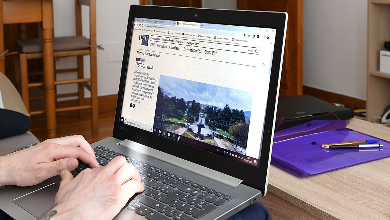 Un estudiante de la Universidad de Oviedo consulta la web en una biblioteca.Un estudiante de la Universidad de Oviedo consulta la web en una biblioteca