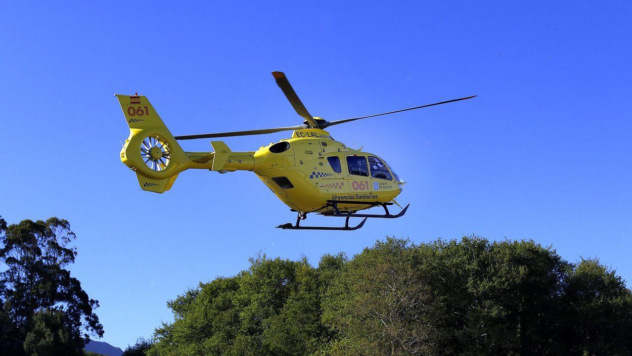 Colisión frontolateral de dos vehículos en Bergondo.Imagen de archivo de un helicóptero del 061