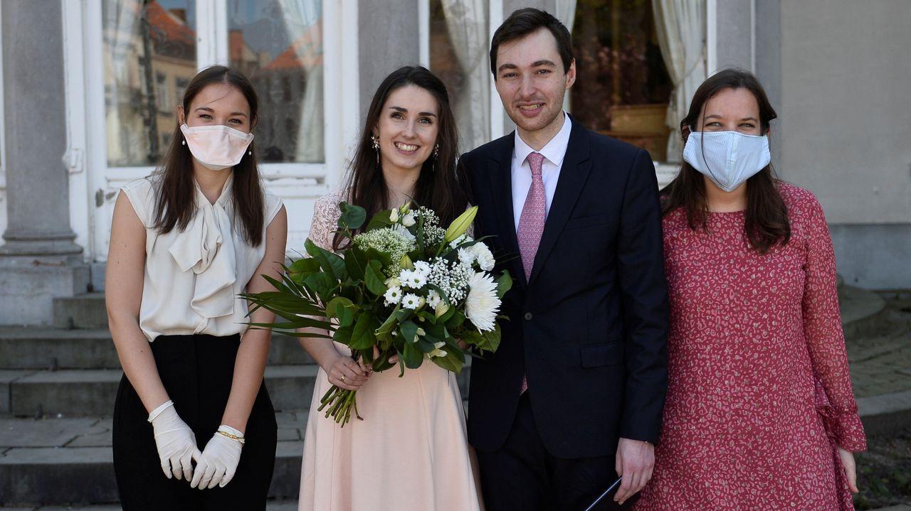 La francesa Roxanne, de 25 años, y el belga Nicolas, de 28, durante su boda este sábado en Bruselas