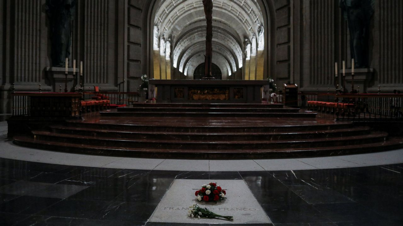 Flores sobre la tumba de Franco