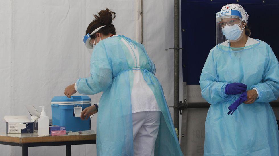 Preparación de material para la realización de pruebas PCR en una de las carpas del Novoa Santos, en foto de archivo