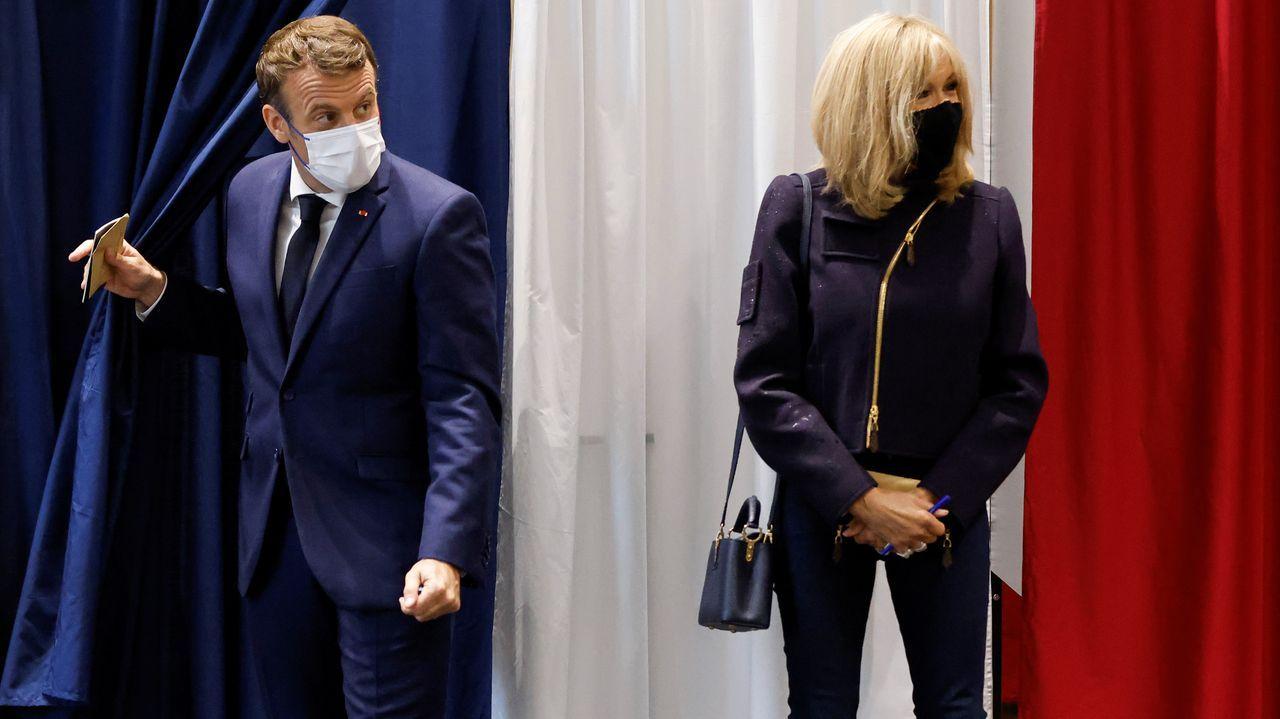 El presidente de Francia, Emmanuel Macron, y su esposa, este domingo, en un colegio electoral de París