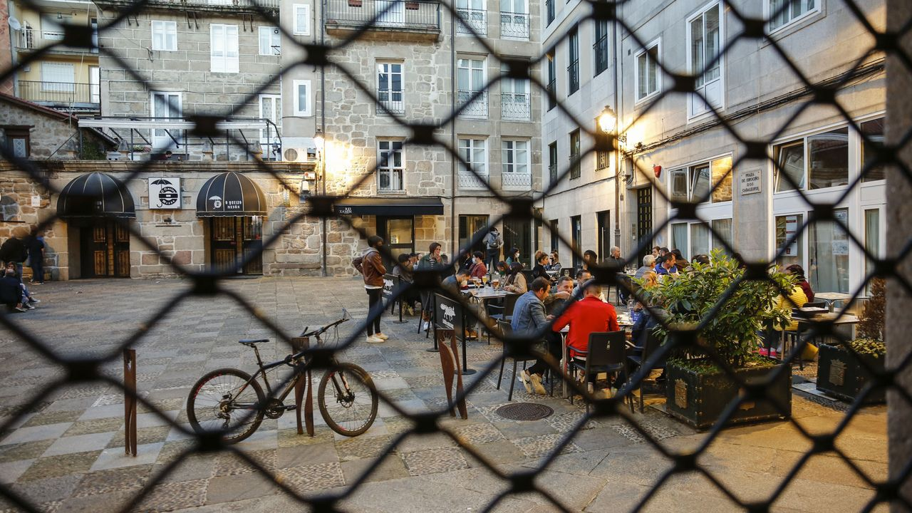 Locales de comidas con la persiana bajada y restaurantes con el aforo completo para dar cenas.Familiares de los detenidos en la macrorredada antidrogas, aguardando noticias delante de los juzgados de Ferrol