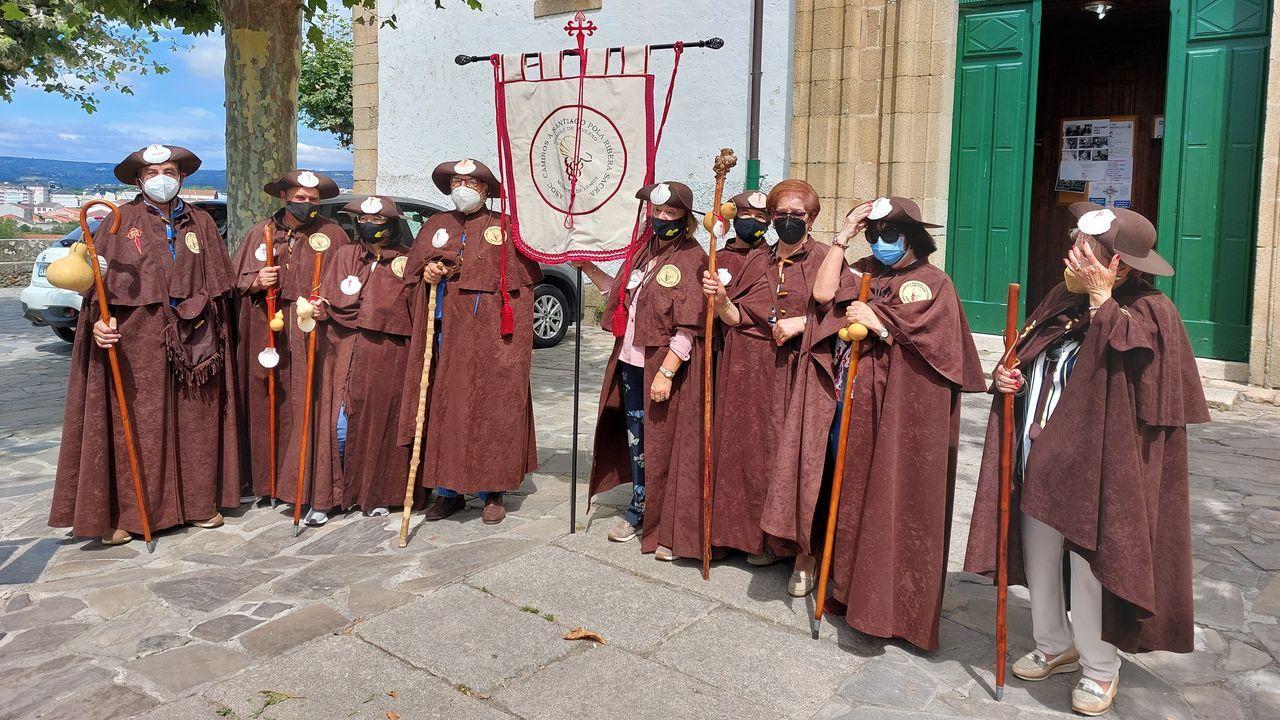 Membros da asociación Camiños a Santiago pola Ribeira Sacra estrearon o estandarte da entidade asistindo a unha misa na igrexa da Régoa